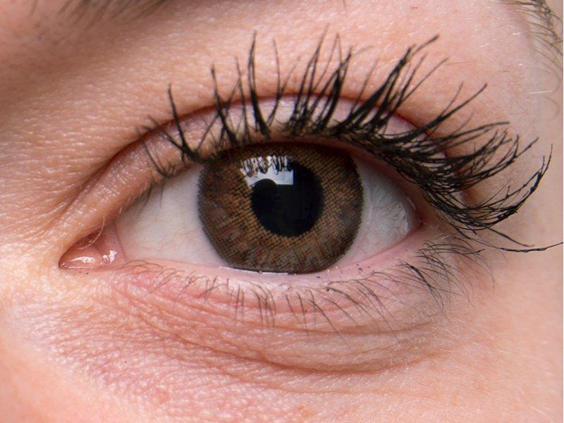 Marrón en ojos grises