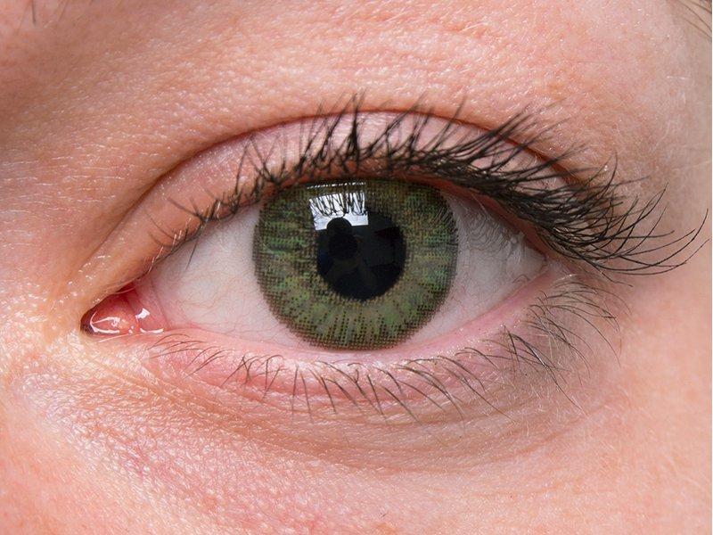 Verde en ojos grises