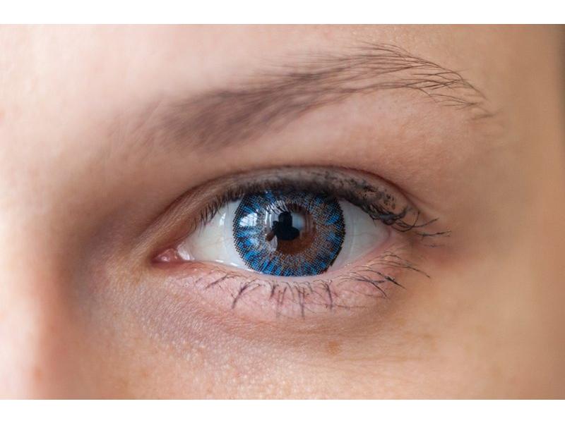Azul en ojos marrones