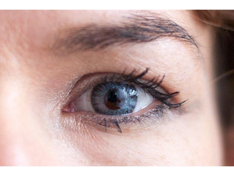Gris en ojos marrones